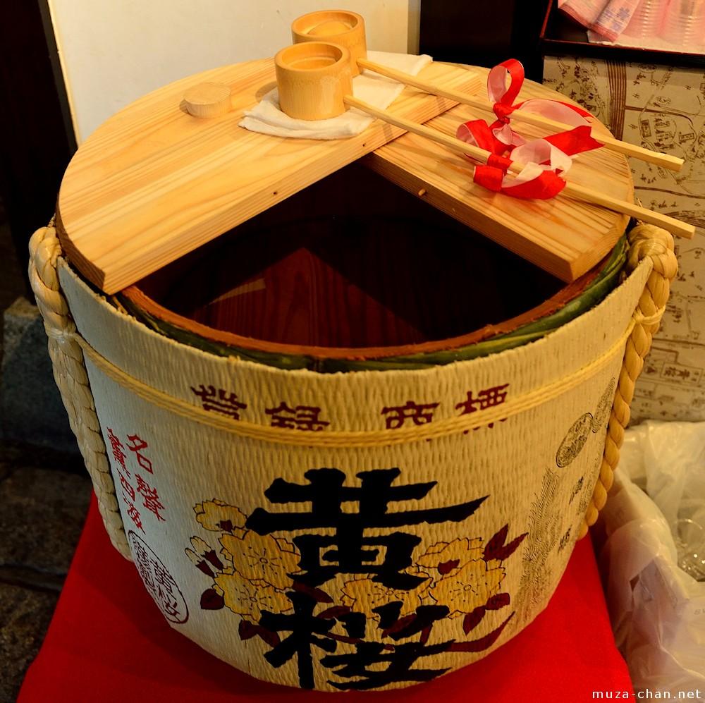 De første historiske optegnelser om sake er i legenden om Kojiki, den ældste japanske optegnelse. Den fortæller at der engang var en ond drage med havde otte hoveder. År efter år angreb den en landsby og spiste en pige hver gang. Men Susanoo, Shinto guden for havet og stormene, fandt på en plan til at stoppe dragen: han bad landsbyboerne om at forberede sake, som hans så fyldte i otte kopper og ventede på dragen. Da dragen ankom drak han den fuld så den faldt i søvn. Så slog Susanoo den ihjel med sværdet og giftede sig med pigen fra landsbyen. Kilde Muza-chan