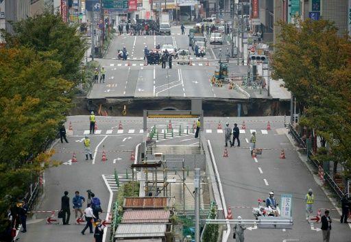 Kæmpe jordfalshul dukker op i Hakata | AFP