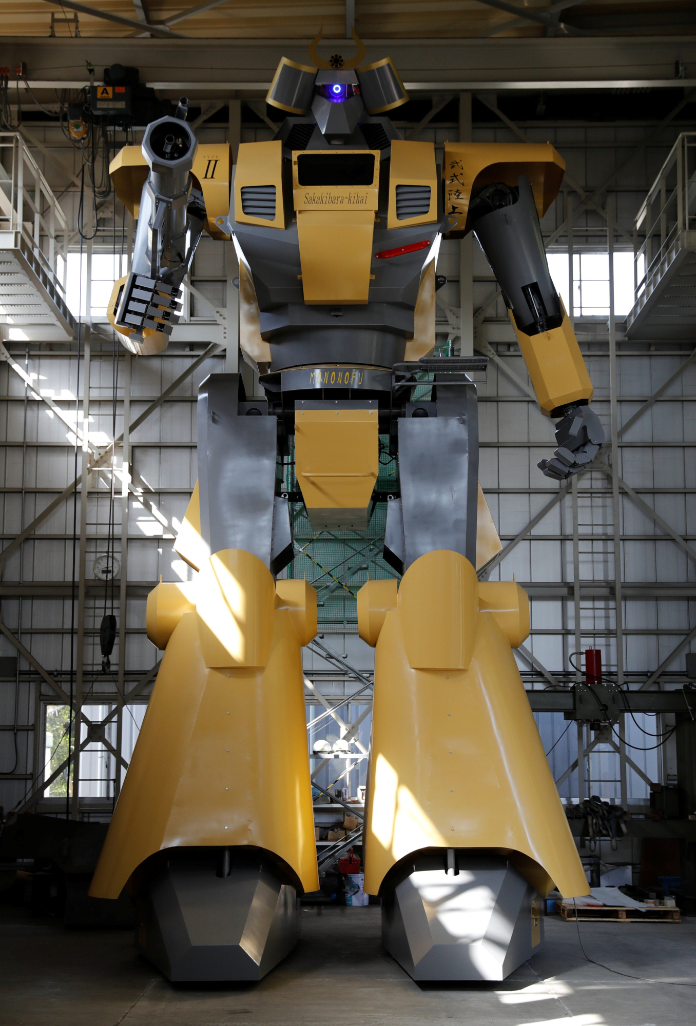 Den bipedale robot Mononofu, 8,5 meter høj, vises på Sakakibara Kikai fabrik i Shinto, Gunma præfektur, på torsdag. | REUTERS