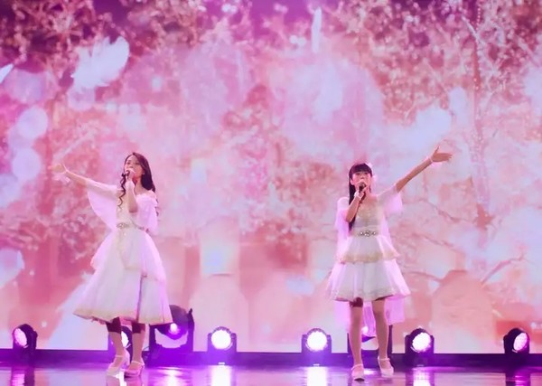 ClariS afslører deres ansigter under online koncert