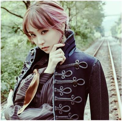 LiSA er den første solo kvindelige kunster i et årti der har været i toppen af single salget i flere uger
